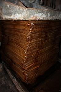 Pressage des nattes de moromi
