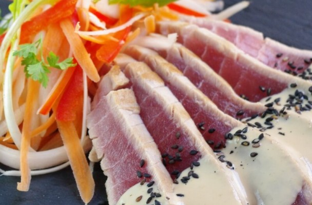 Salade de thon façon tataki, sauce à la pâte de sésame