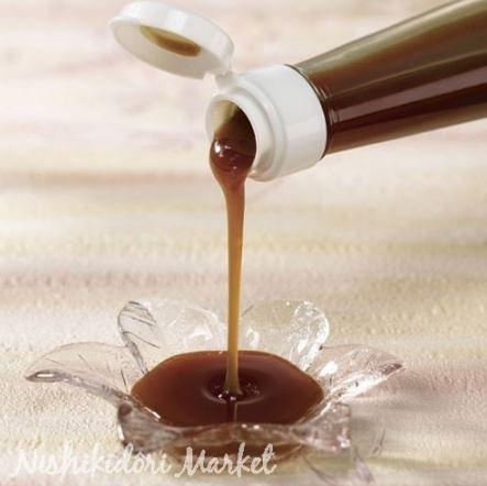 Du sucre brut noir de canne liquide.