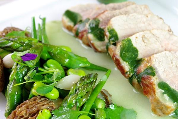 Veau grillé et légumes de printemps, sauce matcha