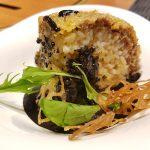 Boule de riz crémeuse et curry noir