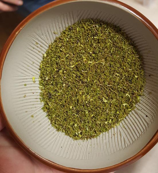 La poudre de sansho, savoureux mélange au nez de citronnelle presque mentholée.