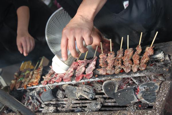 La cuisson des brochettes Yakitori au Japon.