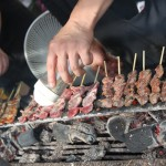 Nishikidôri : cuisson des yakitori sur barbecue et binchotan.