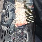Des Yakitori en pleine cuisson sur le charbon de bois Binchotan