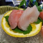 Sashimi sur tranche de natsumikan et sur glace